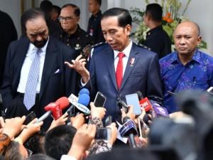 Presiden Jokowi menjawab pertanyaan wartawan seusai memberikan kuliah umum pada pendidikan Akademi Bela Negara Partai Nasdem di Jakarta, Minggu (16/7)