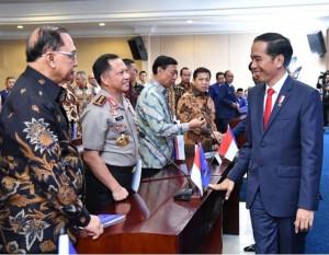 Presiden Jokowi pada pembukaan pendidikan Akademi Bela Negara Partai Nasdem, Minggu di Jakarta, Minggu (16/7)