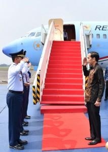 Presiden sebelum berangkat menuju Malang di Bandara Halim Perdanakusuma, Jakarta, Kamis (20/7).
