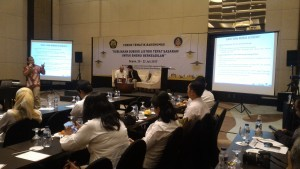 a speaker from the Directorate General of Electricity delivers a presentation at a Thematic Forum of the Governmental Public Relations Coordination Board (Bakohumas) of the Ministry of Energy and Mineral Resources, in Depok, West Java, on Thursday (20/7)