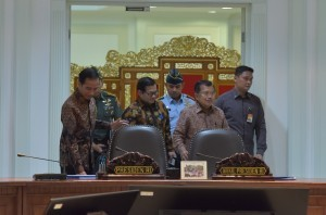 President Jokowi, Vice President Jusuf Kalla, and Cabinet Secretary Pramono Anung are about to start a limited meeting on Tuesday (25/7), at the Presidential Office, Jakarta