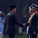 Presiden Joko Widodo menganugerahkan Adhi Makayasa kepada para Perwira pertama yang resmi dilantik di Halaman Istana Merdeka, Selasa (25/7) pagi. (Foto: Humas/Jay)