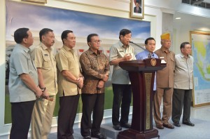 Pepabri Chairman Agum Gumelar, accompanied by TNI and Police Veterans, gives a press conference after meeting with President Jokowi at the Merdeka Palace on Tuesday (25/7). (Photo by: JAY/Public Relations Division)