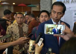 Presiden Jokowi menjawab pertanyaan wartawan usai membuka dan meninjau pameran di Rakernas X APKASI dan APKASI Otonomi Expo 2017, di JCC, Jakarta, Rabu (19/7). (Foto: Humas/Rahmat)