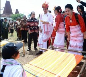 Presiden Jokowi dan Ibu Negara Iriana Joko Widodo menggunakan baju adat setempat menghadiri Parade Kuda Sandelwood dan Festival Tenun Ikat Sumba 2017, di Kabupaten Sumba Barat Daya, Rabu (12/7) siang.