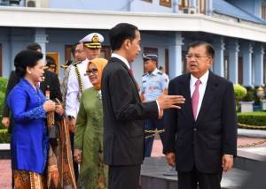 Presiden Jokowi berbincang dengan Wakil Presiden Jusuf Kalla, di Pangkalan TNI AU Halim Perdanakusuma, Jakarta, sebelum meninggalkan tanah air untuk melakukan kunjungan ke Turki dan Jerman, Rabu (5/7) pagi. (BPMI Setpres/ES)