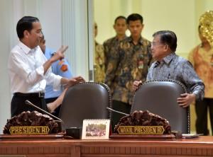 Presiden Jokowi dan Wapres Jusuf Kalla berbincang sebelum memimpin rapat terbatas di kantor Presiden, Jakarta, Rabu (26/7) siang. (Foto: Rahmat/Humas)