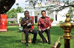 Mensesneg dan Kepala Bekraf menyampaikan Konferensi Pers Bulan Kemerdekaan di Halaman Belakang Istana Merdeka, Jakarta, Jumat (28/7) sore. (Foto: Humas/Jay)