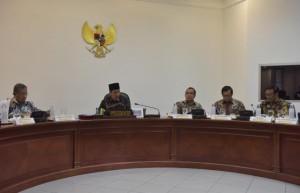 Presiden saat memimpin Rapat Terbatas bahas Evaluasi Pelaksanaan PSN dan Program Strategis Provinsi DKI Jakarta di Kantor Presiden, Jakarta, Selasa (11/7) sore. (Foto: Humas/Jay).