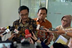Gubernur DKI Jakarta menjawab pertanyaan wartawan usai mengikuti Rapat Terbatas di Kantor Presiden, Jakarta, Selasa (11/7) sore. (Foto: Humas/Jay)