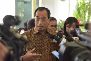 Menhub, Budi Karya Sumadi menjawab pertanyaan wartawan usai Rapat Terbatas di Kantor Presiden, Jakarta, Selasa (18/7). (Foto: Humas/Jay)