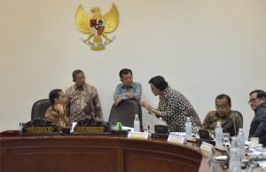 Presiden berdiskusi dengan Wapres, Menko Perekonomian dan Menkeu sbeelum Rapat Terbatas di Kantor Presiden, Selasa (18/7). (Foto: Humas/Jay)