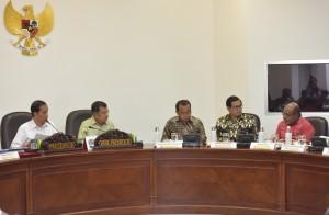Presiden Jokowi saat menyampaikan pengantar pada Ratas bahas Evaluasi Pelaksanaan PSN dan Proyek Strategis Provinsi Papua di Kantor Presiden, Rabu (19/7). (Foto: Humas/Jay)