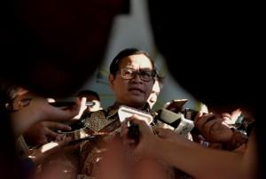 Seskab Pramono Anung menjawab pertanyaan wartawan usai Rapat Terbatas (ratas) di Kantor Presiden, Jakarta, Rabu (26/7) sore. (Foto: Humas/Rahmat)
