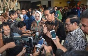 Presiden Jokowi menjawab pertanyaan wartawan usai penutupan Rakernas XII APEKSI 2017, di Savana Hotel & Convention, Kota Malang, Jatim, Kamis (20/7) sore. (Foto: Humas/Jay)