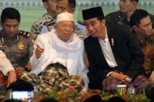Presiden Jokowi saat menghadiri Peringatan Haul Al-Maghfurlah Syaikh Nawawi Al-Bantani Ke 124 di Pondok Pesantren An-Nawawi, di Tanara, Kabupaten Serang, Banten, Jumat (21/7) malam. (Foto: Humas/Rahmat)