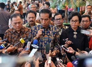 Presiden Jokowi didampingi Menkeu, Gubernur BI, dan sejumlah pejabat menjawab wartawan, usai mengunjungi Bursa Efek Indonesia, Jakarta, Selasa (4/7) siang. (Foto: Agung/Humas)