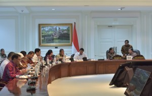President Jokowi and Vice President Jusuf Kalla as well as Cabinet Secretary Pramono Anung discuss an issue on the sidelines of a Limited Meeting, at the Presidential Office, Jakarta, Tuesday (25/7) afternoon (Photo: Jay/PR)