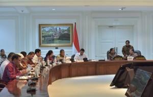 Presiden Jokowi bersama Wapres Jusuf Kalla dan Seskab Pramono Anung mendikskusikan sesuatu, di sela rapat terbatas, di kantor Presiden, Jakarta, Selasa (25/7) sore. (Foto: JAY/Humas)