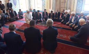 Presiden Jokowi berdialog dengan para ulama saat berkunjung ke Masjid Kocatepe Jamii, di Ankara, Turki, Kamis (6/7) pagi. (Foto: Rahmat/Humas)