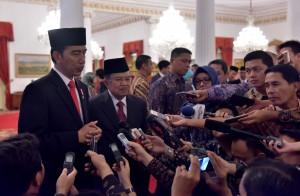 Presiden Jokowi didampingi Wapres Jusuf Kalla menjawab wartawan usai pelantikan Dewan Pengawas dan Anggota BPKH, di Istana Negara, Jakarta, Rabu (26/7) pagi. (Foto: JAY/Humas)