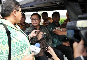 Cabinet Secretary Pramono Anung answers the reporters' questions after the Plenary Cabinet Meeting, at the State Palace, Jakarta, Monday (24/7) afternoon. (Photo: Agung/PR)