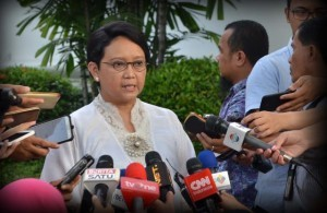 Foreign Affairs Minister Retno answers journalists' questions after attending an internal meeting led by President Jokowi, at the Presidential Palace, Jakarta, Monday (3/7) afternoon. (Photo: PR/Jay).