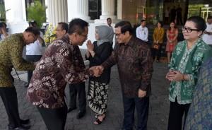 Deputi DKK Seskab Yuli Harsono bersalaman dengan Seskab Pramono Anung, pada halal bihalal di halaman kantor Kemensetneg, Jakarta, Senin (3/7). (Foto: Rahmat/Humas)