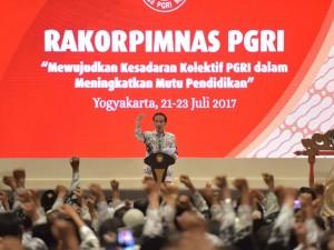 Presiden Jokowi pada pembukaan Rakorpimwil Tahun 2017 PGRI, di Hotel Sahid Jaya, Sleman, DI Yogyakarta, Sabtu (22/7). (Foto: Humas/Anggun)