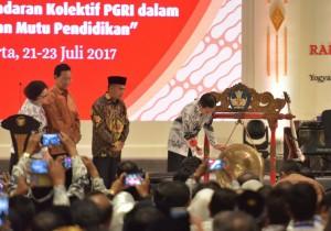 Presiden Jokowi memukul gong tanda dibukanya Rakorpimwil) Persatuan Guru Republik Indonesia (PGRI) Tahun 2017, di Hotel Sahid Jaya, Sleman, DI Yogyakarta, Sabtu (22/7) siang. (Foto: Humas/Anggun)