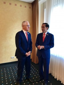 Presiden Jokowi dan PM Turnbull saat membuat vlog di Hotel Steigenberger, Jumat (7/7). (Foto: akun twitter Seskab @pramonoanung)