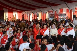 Presiden Jokowi saat menghadiri Puncak Peringatan Hari Anak Nasional Tahun 2017 di Lapangan Gedung Daerah Pauh Janggi Gubernuran, Pekanbaru, Riau, Minggu (23/7). (Foto: Humas/Oji)