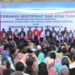 Presiden Jokowi saat menghadiri Penyerahan Sertifikat Hak Atas Tanah Program Strategis Nasional, Pembinaan, dan Fasilitasi, Serta Kerja sama Akses di Stadion Rumbai, Kota Pekanbaru, Riau, Minggu (23/7). (Foto: Humas/Oji)