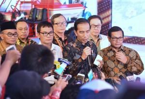 Presiden Jokowi menjawab pertanyaan wartawan usai menyaksikan peluncuran vokasi kejuruan di Cikarang, Bekasi, Jawa Barat, Jumat (28/7). (Foto: Humas/Deni)