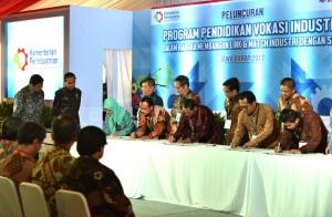 Presiden Jokowi saat menyaksikan penandatangan dalam acara peluncuran program Pendidikan Vokasi Industri yang digelar PT Astra Otoparts Tbk Cikarang, di Kawasan Greenland International Industrial Center (GIIC), Deltamas, Kecamatan Cikarang Pusat, Bekasi, Jawa Barat, Jumat (28/7). (Foto: Humas/Deni)
