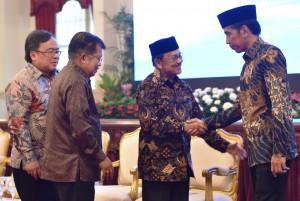 Presiden Jokowi disaksikan Wapres dan Menteri PPN/Kepala Bappenas menyalami mantan Presiden BJ. Habibie, usai peluncuran KNKS dan Pembukaan Silaknas IAEI, di Istana Negara, Jakarta, Kamis (27/7) siang. (Foto: Rahmat/Humas)