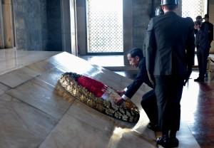 Presiden Jokowi meletakkan karangan bunga di makam Mustafa Kemal Atartuk, di Ankara, Turki, Kamis (6/7) pagi. (Foto: Rahmat/Humas)