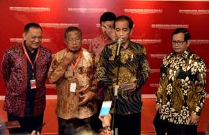 Presiden Jokowi menjawab pertanyaan wartawan usai membuka Rakornas Pengendalian Inflasi Tahun 2017, di Hotel Grand Sahid Jaya, Jakarta Pusat, Kamis (27/7). (Foto: Humas/Jay)