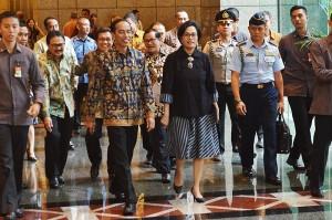 Presiden Jokowi didampingi Menkeu Sri Mulyani Indrawati dan sejumlah pejabat meninjau Bura Efek Indonesia, Jakarta, Selasa (4/7) siang. (Foto: Agung/Humas)