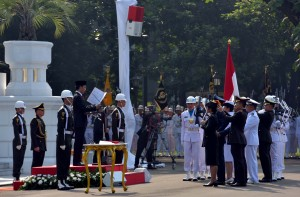 Presiden Jokowi saat melantik perwira remaja TNI/Polri yang telah lulus pendidikan menjadi Perwira Pertama Tahun 2017, di Halaman Istana Merdeka, Selasa (25/7). (Foto: Humas/Jay)