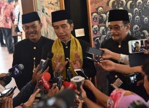 Presiden Jokowi menjawab pertanyaan wartawan usai menghadiri Lebaran Betawi X, yang diselenggarakan di Pusat Perkampungan Budaya Betawi, di Setu Babakan, Jakarta Selatan, Minggu (30/7). (Foto: Humas/Rahmat)