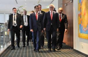 Presiden Jokowi menyambut PM Australia Mallcolm Turnbull dalam pertemuan delegasi kedua negara, di Hotel Steingerberger, Hamburg, Jerman, Jumat (7/7) pagi. (Foto: Edi N/Humas)