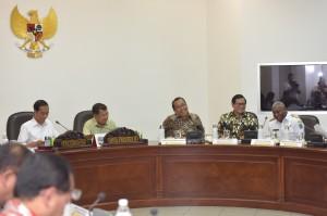 Gubernur Papua Barat Dominggus Mandacan (paling kiri) mengikuti rapat terbatas yang dipimpin oleh Presiden Jokowi, di Kantor Presiden, jakarta, Rabu (19/7) sore. (Foto: JAY/Humas)