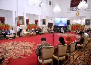 Presiden Jokowi menyampaikan pengantar pada sidang kabinet paripurna, di Istana Negara, Jakarta, Senin (24/7) pagi. (Foto: Agung/Humas)