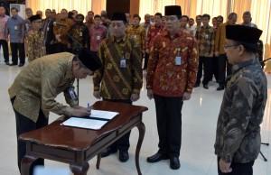 Mensesneg saat melantik sejumlah pejabat pimpinan tinggi madya di lingkungan Kemensetneg, di Aula Serba Guna Gedung III Kementerian Sekretariat Negara, Jakarta, Kamis (20/7) pagi. (Foto: Humas/Rahmat)
