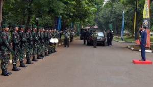 Presiden mendapat penghormatan sebelum meninggalkan tempat acara pembekalan Capaja TNI/Polri di Cilangkap, Jakarta, Senin (24/7). (foto: Humas/Rahmat)