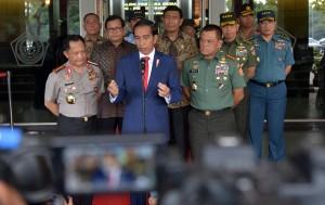 Presiden Jokowi menjawab pertanyaan wartawan usai memberikan pembekalan Capaja Akademi TNI dan Polri Tahun 2017, di GOR Ahmad Yani Mabes TNI, Cilangkap, Jakarta Timur, pada Senin (24/7). (Foto: Humas/Rahmat)
