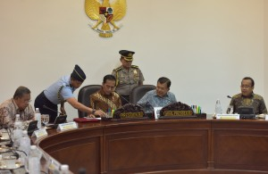 Presiden Jokowi didampingi Wakil Presiden Jusuf Kalla memeriksa dokumen yang disampaikan stafnya sebelum memimpin rapat terbatas, di Kantor Presiden, Jakarta, Selasa (18/7) siang. (Foto: JAY/Humas)