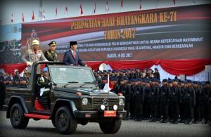 Presiden Jokowi memeriksa pasukan pada Upacara Peringatan Ke-71 Hari Bhayangkara Tahun 2017, di Lapangan Monumen Nasional, Jakarta, Senin (10/7) pagi. (JAY/Humas)