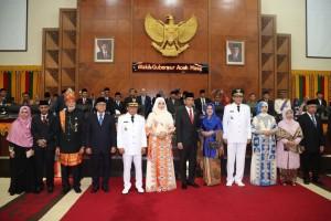 Presiden Jokowi didampingi Ibu Negara Iriana berpose bersama Gubernur Aceh Irwandi Yusuf dan Wakil Gubernur Nova Iriansyah, seusai pelantikan keduanya, di Gedung DPRA, Banda Aceh, Aceh, Rabu (5/7) siang. (Foto: IST)